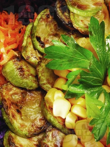 Гарнитура / предястие от запечени заленчуци на тиган (тиквички, патладжани, моркови, зеле, царевица) - снимка на рецептата